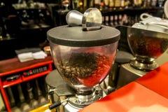 Механизм настройки радиопеленгатора с кофейными зернами в баре Стоковая Фотография