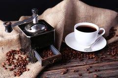 Механизм настройки радиопеленгатора с кофейными зернами на коричневой деревянной предпосылке Стоковое Фото