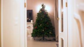 Механизм прерывного действия Рождественская елка постепенно вытекая шарики, гирлянды, освещение светов Отсутствие людей стоковая фотография