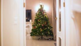 Механизм прерывного действия Рождественская елка постепенно вытекая шарики, гирлянды, освещение светов Отсутствие людей стоковые изображения