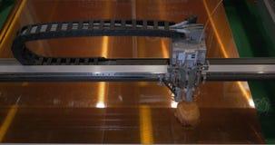 Механизм принтера 3D работая на игрушках печатания пластичных