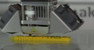 Механизм принтера 3D работая на объекте печатания