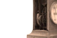 Механизм старых сломанных часов каминной доски на белой предпосылке Стоковая Фотография RF