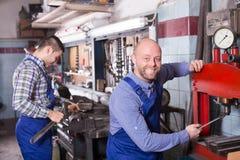 Механики работая на мастерской Стоковые Изображения