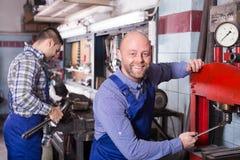 Механики работая на мастерской Стоковое фото RF