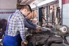 Механики работая на мастерской Стоковое Изображение