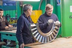Механики собирают турбину для двигателя авиации Стоковое фото RF