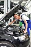 Механик автомобиля в мастерской - ремонт и диагноз двигателя на ve стоковое фото rf