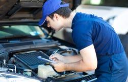 Механик автомобиля на работе Стоковая Фотография