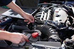 Механик автомобиля работая в обслуживании ремонта автомобилей. стоковая фотография rf