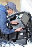 Механик автомобиля с диагностической тетрадью на автомобиле стоковые фотографии rf