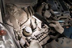 Механик вручает проверять вверх сервисопригодности автомобиля в открытом клобуке, конца вверх Стоковое Изображение RF