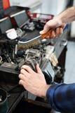 Механик в мастерской стоковая фотография rf