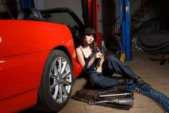 Механик девушки в гараже стоковое изображение rf