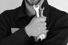 Механик или водопроводчик с металлическим оборудованием гаечного ключа в руке Аппаратуры гаечного ключа для исправлять или затяги Стоковое Изображение