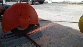 Механик используя стальной режущий инструмент сток-видео