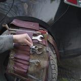 Механик исправляя автомобиль Стоковое Изображение