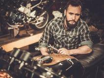 Механик и винтажный мотоцикл каф-гонщика стиля Стоковая Фотография RF