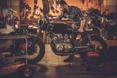 Механик и винтажный мотоцикл каф-гонщика стиля Стоковое Изображение