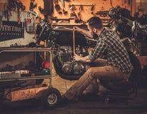 Механик и винтажный мотоцикл каф-гонщика стиля Стоковое Изображение RF