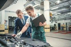 Механик и клиент стоковая фотография
