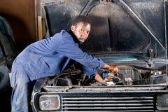 механик отладки автомобиля стоковая фотография rf
