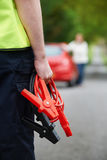 Механик присутствуя на нервном расстройстве автомобиля на проселочной дороге Стоковые Изображения RF