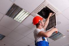 Механик проверяет сервисопригодность проводки с инструментами в руке стоковые фотографии rf