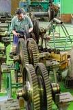 Механик работает с частью двигателя авиации Стоковая Фотография