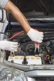 Механик работая в ремонтной мастерской ремонта автомобилей Стоковое фото RF