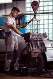 Механик работая с двигателем Стоковые Изображения RF
