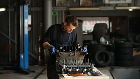 Механик собирает мотор в STO сток-видео