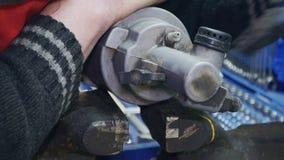 Механик с руками после ремонтов трещиноватостей часть для автомобиля в вице акции видеоматериалы