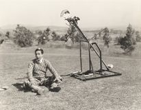 Механически игрок в гольф около для того чтобы ударить шар для игры в гольф с головы человека Стоковые Изображения RF
