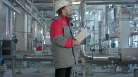 Механически контролер делает осмотр на заводе акции видеоматериалы