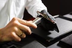 Механически полировать smartphone вручает мужчины стоковое изображение rf