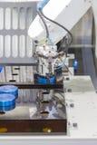 Механически робот руки работая с машиной токарного станка CNC стоковые фото