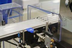 Механически транспортер ленты для продукции и упаковки медицинских продуктов Стоковое Изображение RF