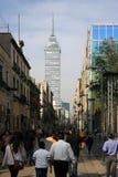 Мехико, Мексика - ноябрь 42, 2015: Взгляд Torre Latinoamericana от главной улицы, идя от квадрата Zocalo в Мексике Стоковые Фотографии RF