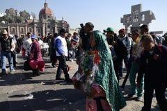 Мехико, Мексика 12-ое декабря 2017: Паломники празднуют праздненства на базилике Guadalupe Стоковое Фото