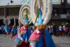 Мехико, Мексика 9-ое декабря 2018: Паломники празднуют праздненства на базилике Guadalupe стоковые фото