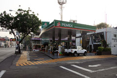 Мехико, Мексика - 24-ое ноября 2015: Бензоколонка Pemex в Мехико Стоковое Изображение