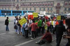 Мехико, Мексика - 24-ое ноября 2015: Политический протест в квадрате Zocalo, Мехико Стоковое Изображение