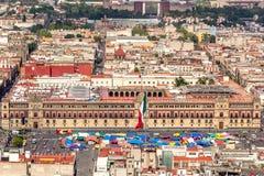 МЕХИКО - ОКОЛО МАЙ 2013: Дворец панорамного взгляда национальный правительства и zocalo придают квадратную форму Стоковое Изображение RF