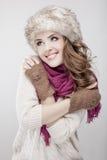 Меховая шапка и шарф молодой красивой женщины нося Стоковое фото RF