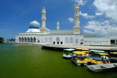 Мечеть города Kota Kinabalu плавая, во время солнечного дня Стоковое Изображение RF