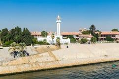 Мечеть на правом береге канала Суэца Взгляд от воды стоковое изображение