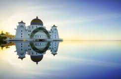 Мечеть проливов Малаккы (Masjid Selat Melaka), это мечеть расположенная на искусственном острове Малаккы около городка Малаккы, М Стоковое фото RF