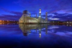 Мечеть с отражением зеркала Стоковые Изображения RF