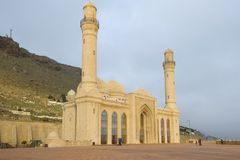 Мечеть Шиит Bibi-Heybat в пасмурном утре в январе Shikhovo, Баку стоковые изображения